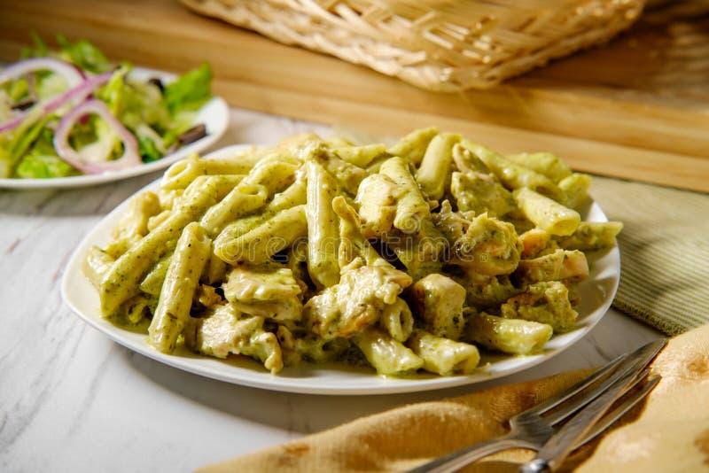 Pesto cremoso Penne Pasta imagem de stock royalty free