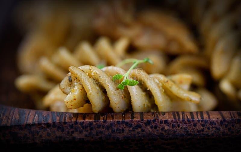 Pesto della pasta di Fusilli immagini stock