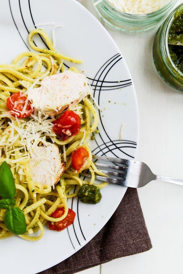 Pesto do Linguine com Parmesão, galinha do limão, e a ameixa cozida do bebê foto de stock