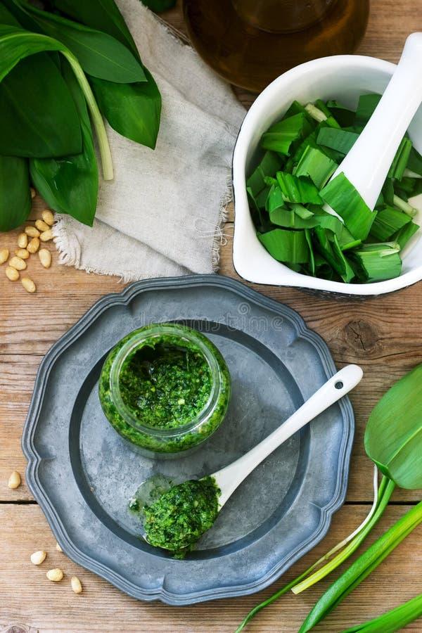 Pesto et ingrédients de Ramson pour le faire cuire sur une table en bois Type rustique image libre de droits