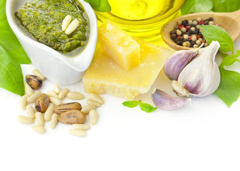 Pesto fresco e seus ingredientes/isolados imagens de stock