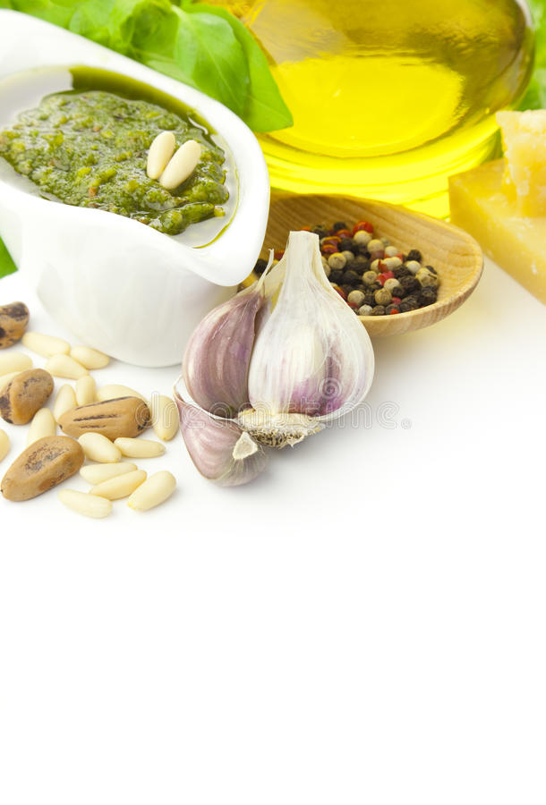 Pesto fresco e seus ingredientes/vertical fotos de stock