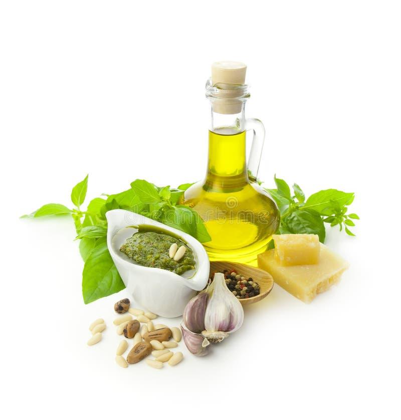 Pesto fresco y sus ingredientes imágenes de archivo libres de regalías
