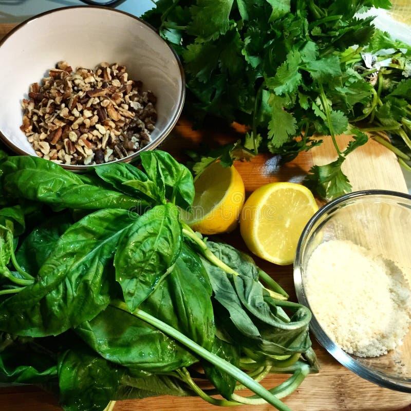 Pesto in het maken stock afbeelding