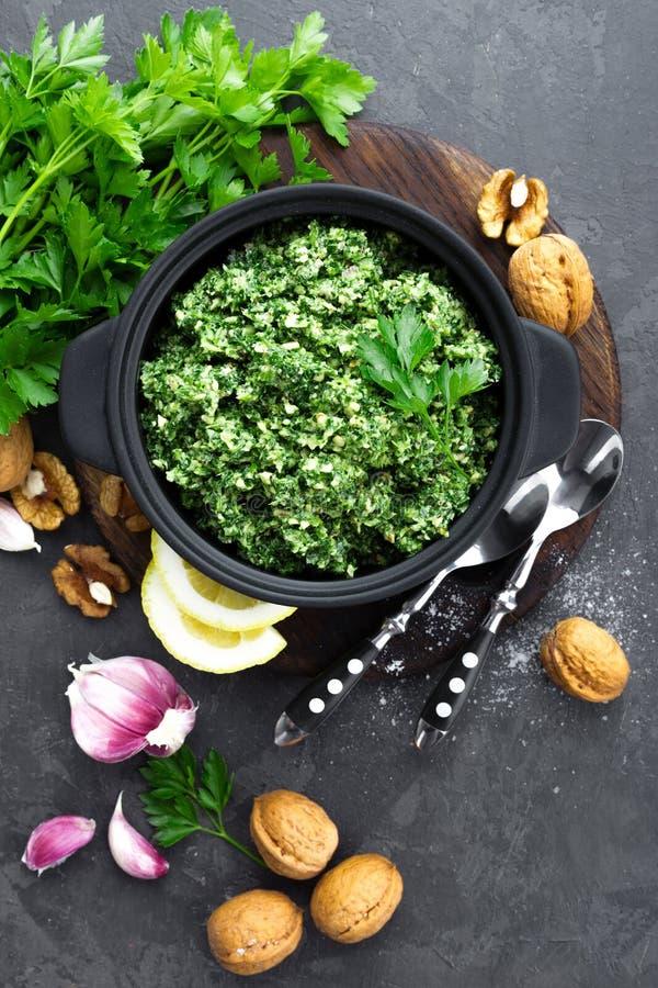 pesto Italiaanse pesto met verse pasrley, knoflook, citroensap, okkernoten en olijfolie royalty-vrije stock foto