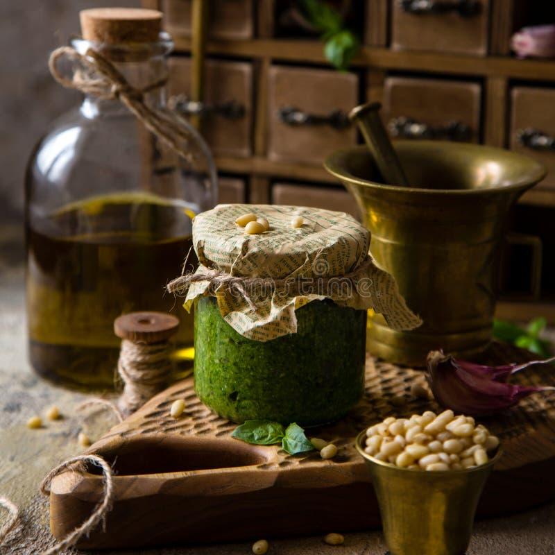 Pesto italiano caseiro do molho no frasco de vidro pequeno foto de stock royalty free