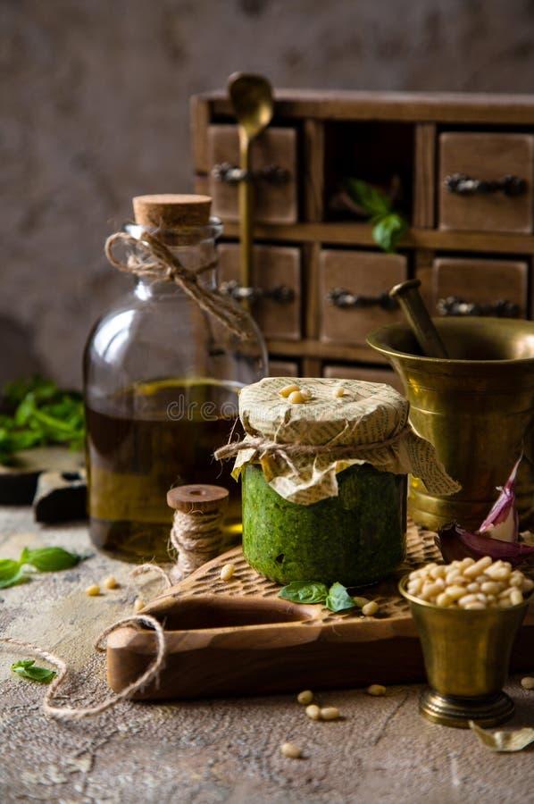 Pesto italiano caseiro do molho no frasco de vidro pequeno foto de stock