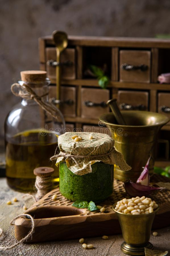 Pesto italiano caseiro do molho no frasco de vidro pequeno fotos de stock royalty free
