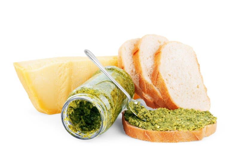 Pesto kumberland, parmesan ser i chleb na białym tle, obrazy royalty free