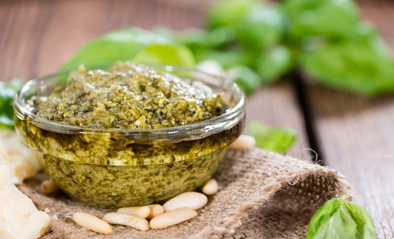 Pesto kumberland w małym pucharze zdjęcia stock