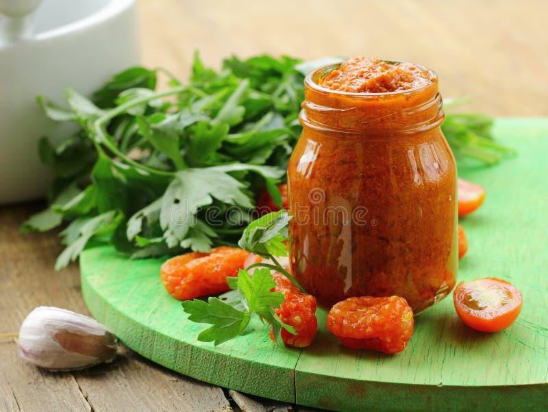 Pesto rosso italiano dei pomodori seccati al sole con aglio immagine stock