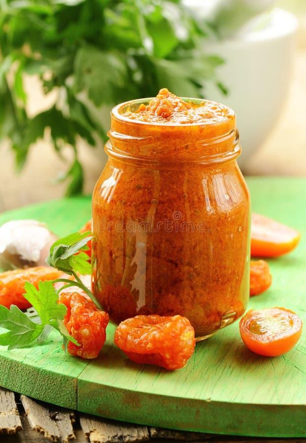 Pesto rosso italiano dei pomodori seccati al sole con aglio fotografia stock
