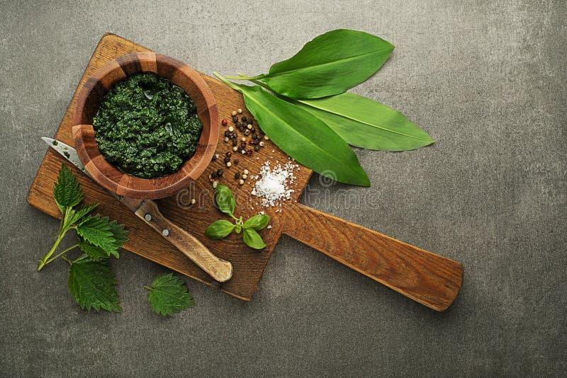 Pesto sain de ressort avec des feuilles d'ail sauvage et d'ortie photographie stock