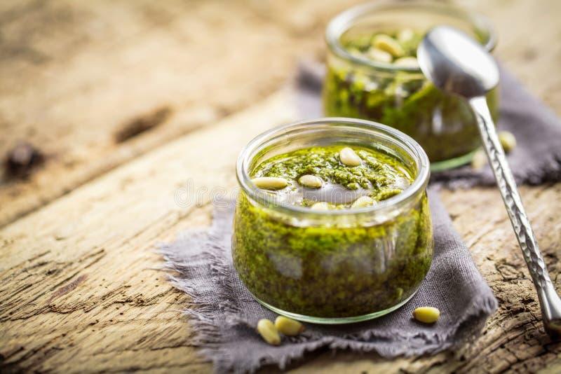 Pesto selfmade frais de Basil sur la fin en bois de nourriture d'Italien de fond  photographie stock libre de droits