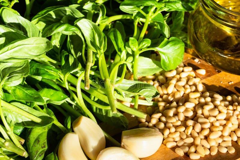 Pesto składniki na stole iluminującym słońcem zdjęcia stock