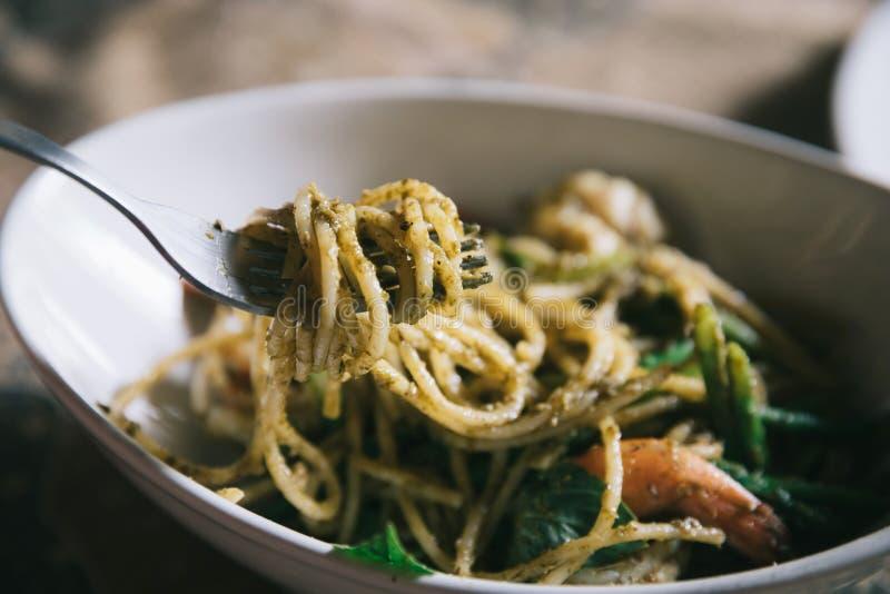 Pesto Spaghetti con chispas en alto contraste comida italiana imágenes de archivo libres de regalías