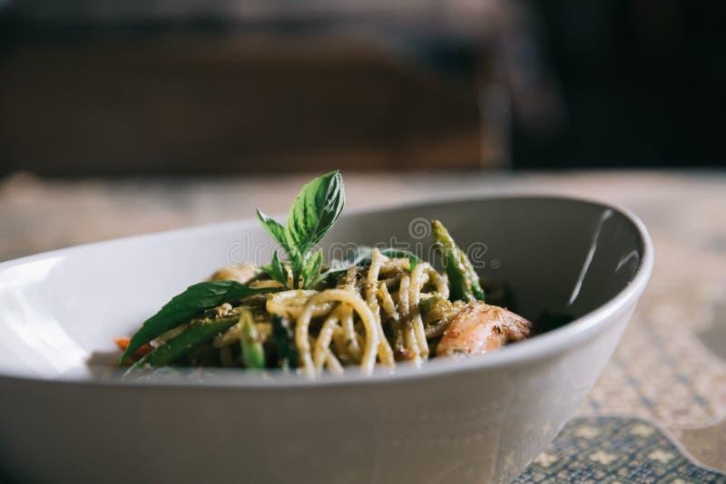 Pesto Spaghetti con chispas en alto contraste comida italiana foto de archivo libre de regalías