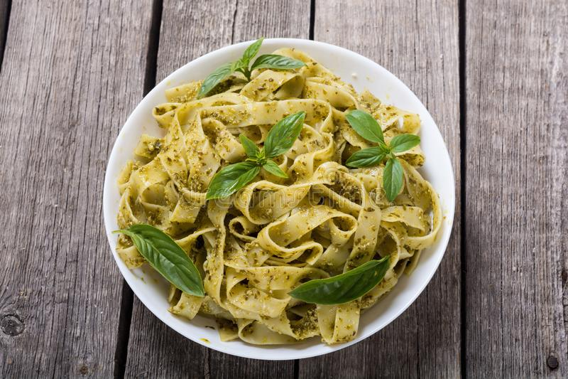 与绿色调味汁pesto的面团tagliatelle r 库存照片