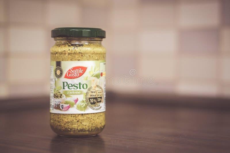 Pesto verde in barattolo fotografia stock