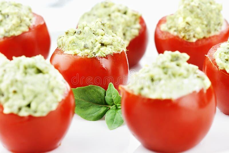 Pesto y tomates rellenos del aguacate fotografía de archivo libre de regalías
