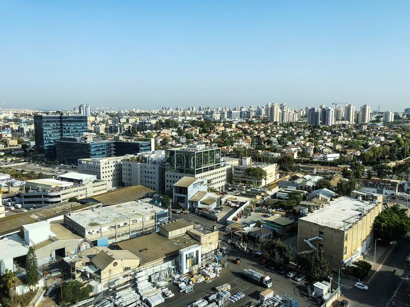 PETACH TIKVA, ISRAEL - 17 DE ABRIL DE 2018: Vista superior de la zona industrial en Petach Tikva en Israel imagen de archivo