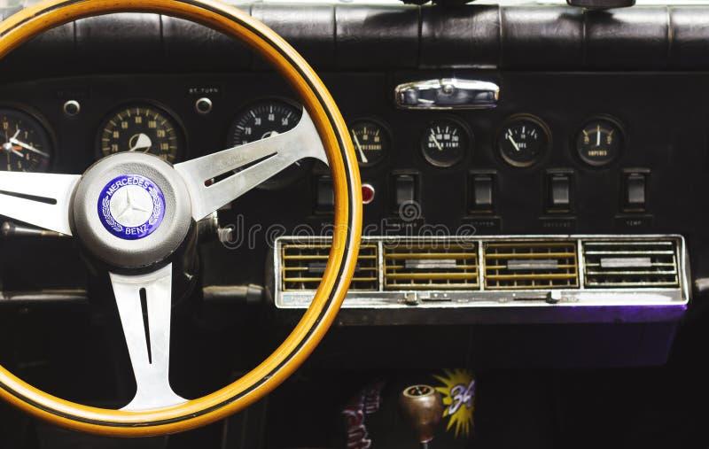 PETAH TIQWA, ISRAEL - 14 DE MAIO DE 2016: Interior do carro do vintage - volante com logotipo e painel em Petah Tiqwa, Israel imagem de stock royalty free