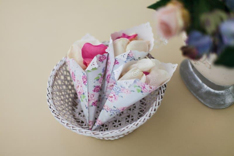 Petali di Rosa in buste bianche Primo piano fotografia stock