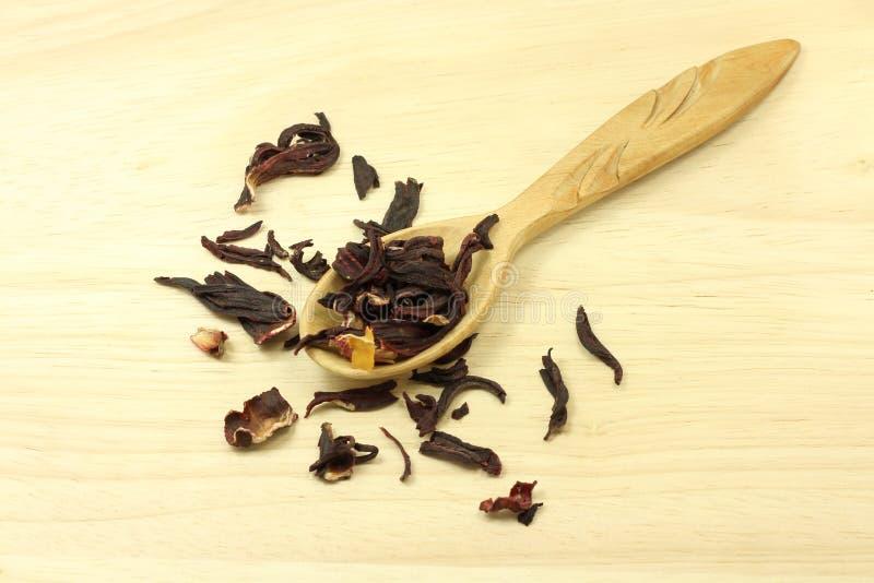 Petali secchi dell'ibisco in un cucchiaio di legno fotografia stock libera da diritti