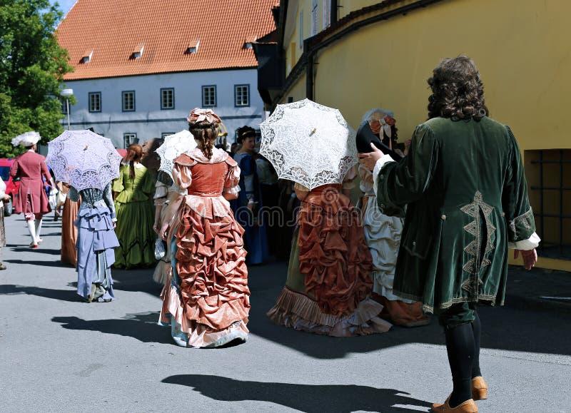 Petalled Różany festiwal na bystreet w Cesky Krumlov obrazy stock