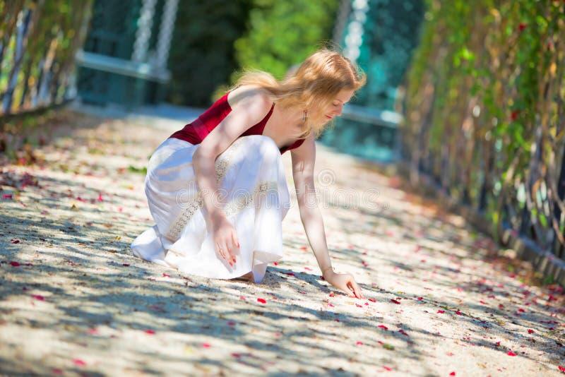 Download Petals Som Upp Väljer Kvinnabarn Fotografering för Bildbyråer - Bild av caucasian, slappt: 19798477