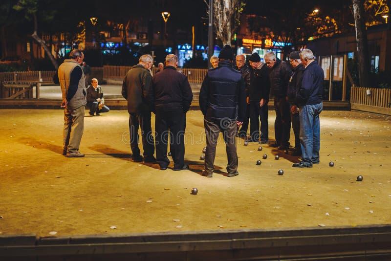 Petanque del juego de la gente en Barcelona imagenes de archivo