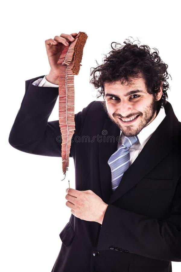 Petardi incatenati illuminazione sorridenti dell'uomo d'affari immagine stock