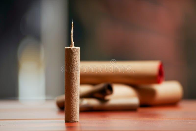 Petardos marrones derechos sobre una tabla de madera imagen de archivo libre de regalías