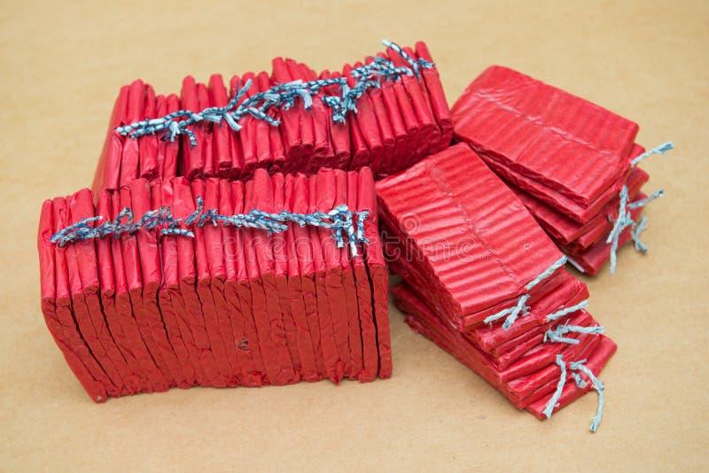 Petardos rojos en fondo marrón fotos de archivo libres de regalías