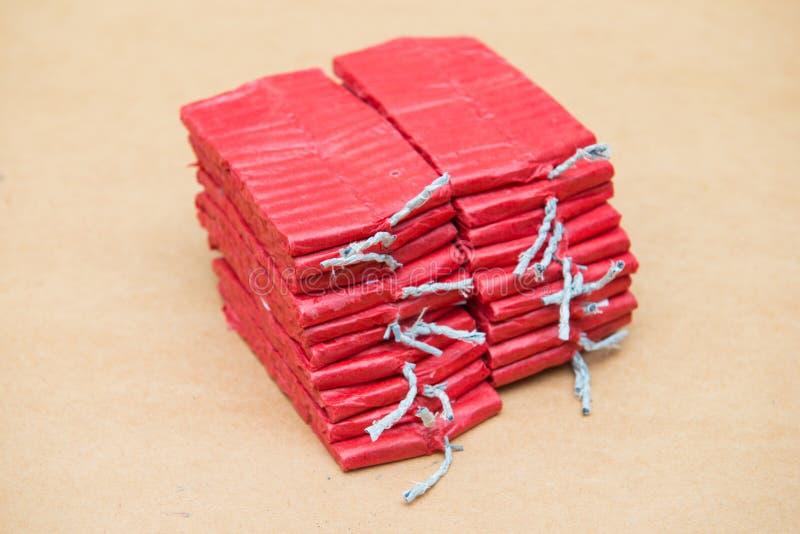 Petardos rojos en fondo marrón fotos de archivo
