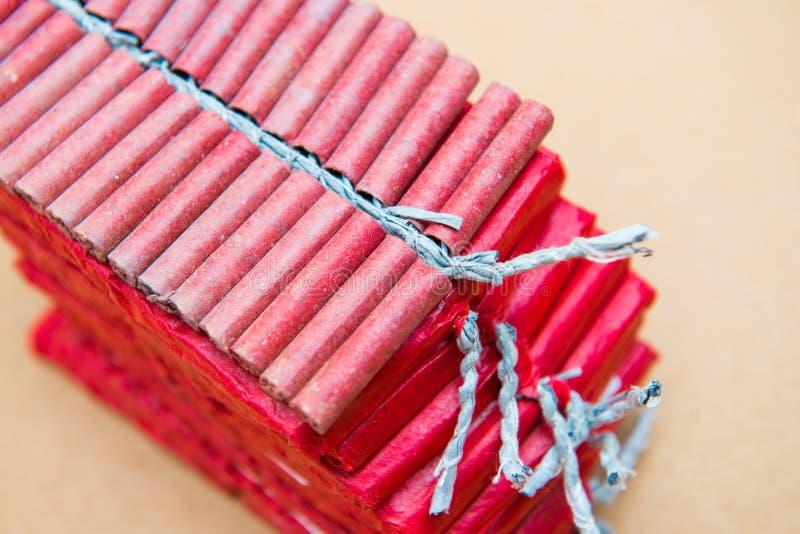 Petardos rojos en fondo marrón fotografía de archivo libre de regalías