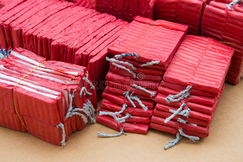 Petardos rojos en fondo marrón imagenes de archivo