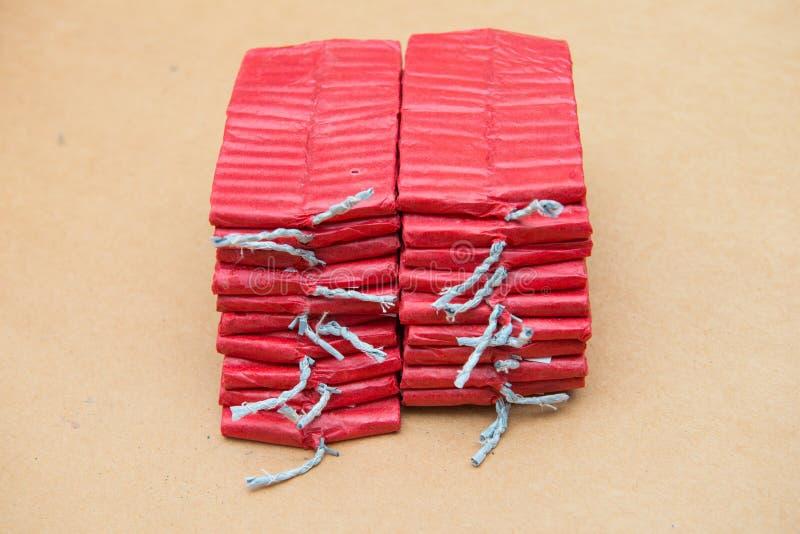 Petardos rojos en fondo marrón fotografía de archivo