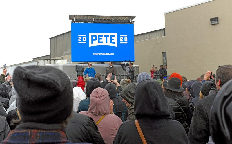 Pete Buttigieg κύματα στο υπαίθριο πλήθος στο South Bend, Ιντιάνα στις 14 Απριλίου 2 στοκ εικόνες