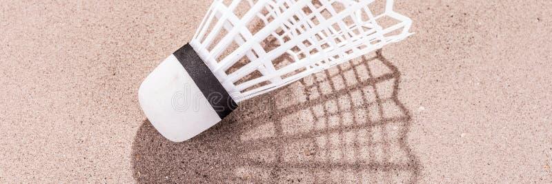 Peteca branca na areia fotos de stock