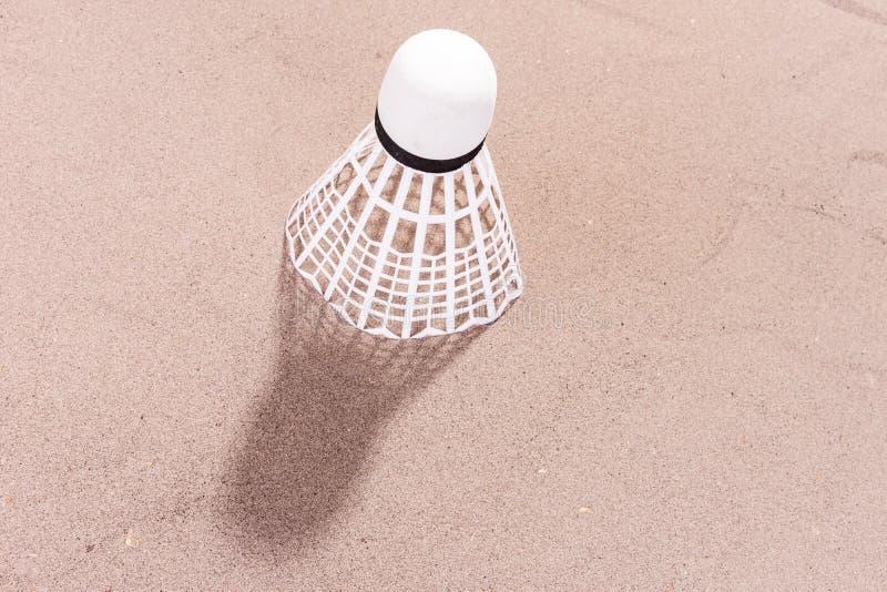 Peteca branca na areia imagem de stock royalty free