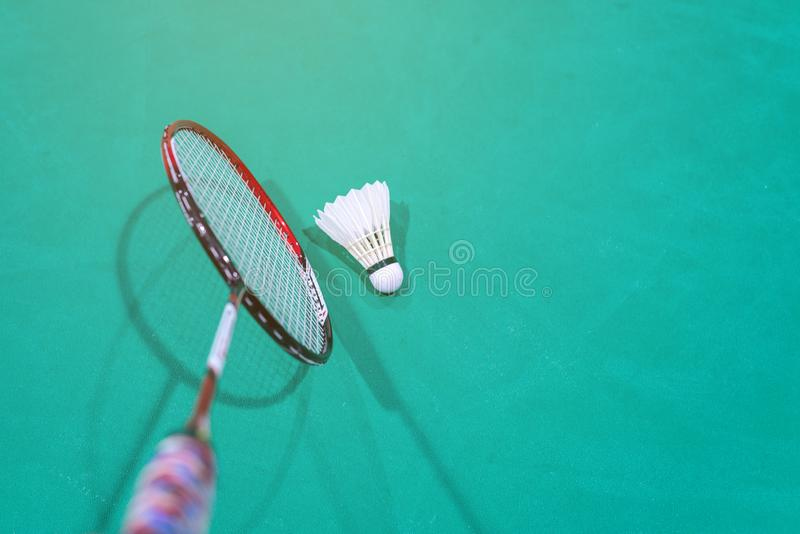 Peteca do badminton com a raquete na corte imagem de stock royalty free