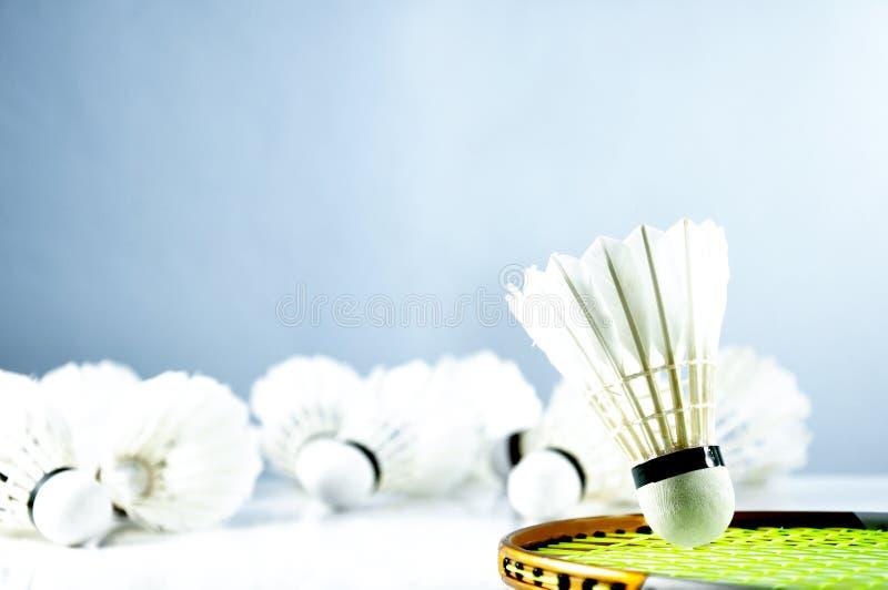 Peteca e raquete da bola do badminton no assoalho imagens de stock royalty free
