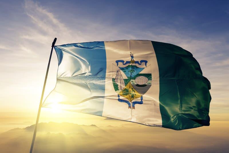 Petenafdeling van stof die van de de vlag de textieldoek van Guatemala op de hoogste mist van de zonsopgangmist golven stock illustratie