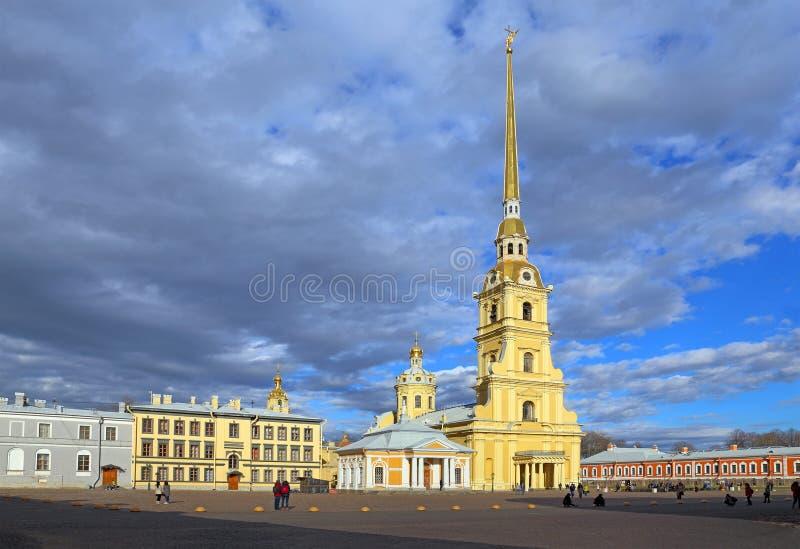 Peter e Paul Cathedral sui precedenti del cielo drammatico in Sa fotografia stock