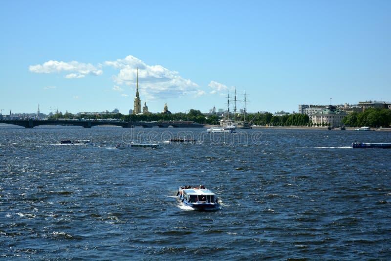 Peter e Paul Fortress com uma ponte fotos de stock royalty free