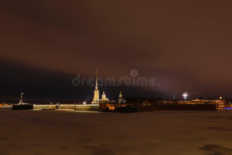 Peter e Paul Fortress di St Petersburg, Russia nella sera o nella notte e nel fiume di Neva coperti di ghiaccio e di neve nella t immagine stock
