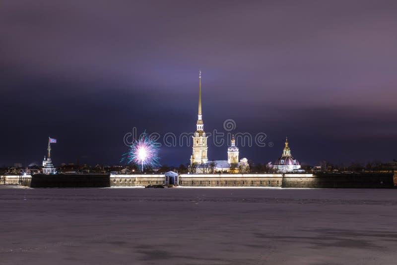 Peter e Paul Fortress di St Petersburg, Russia nella sera o nella notte e nel fiume di Neva coperti di ghiaccio e di neve nella t fotografia stock libera da diritti