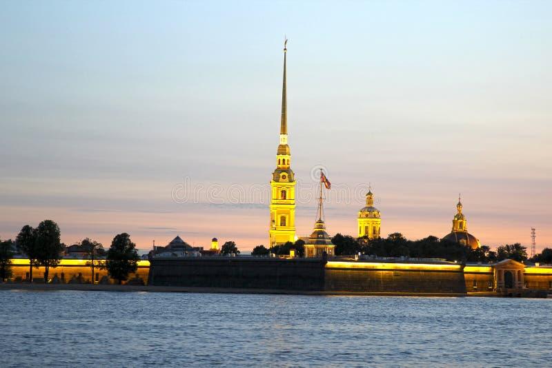 Peter en Paul Fortress in St. Petersburg tijdens van witte nachten stock foto