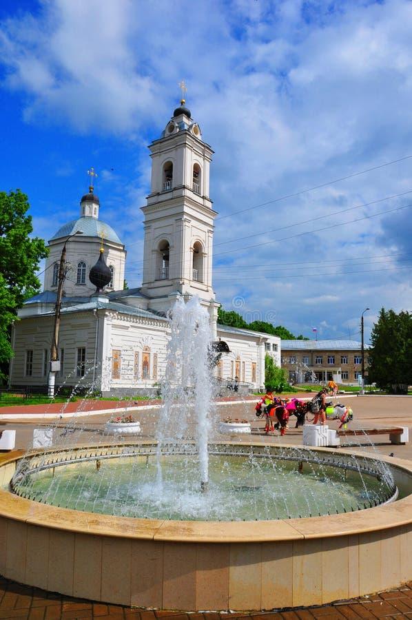 Peter en van Paul Cathedral en van Lenin Vierkant in Tarusa, Kaluga-gebied, Rusland royalty-vrije stock afbeelding